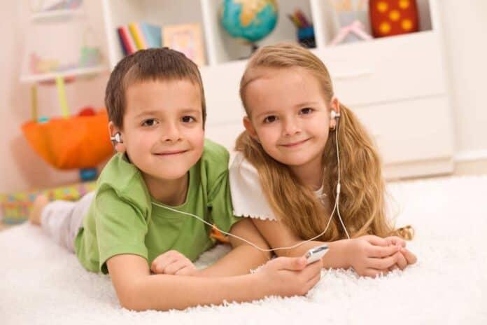 Dreng og pige lytter til musik sammen på deleværelse